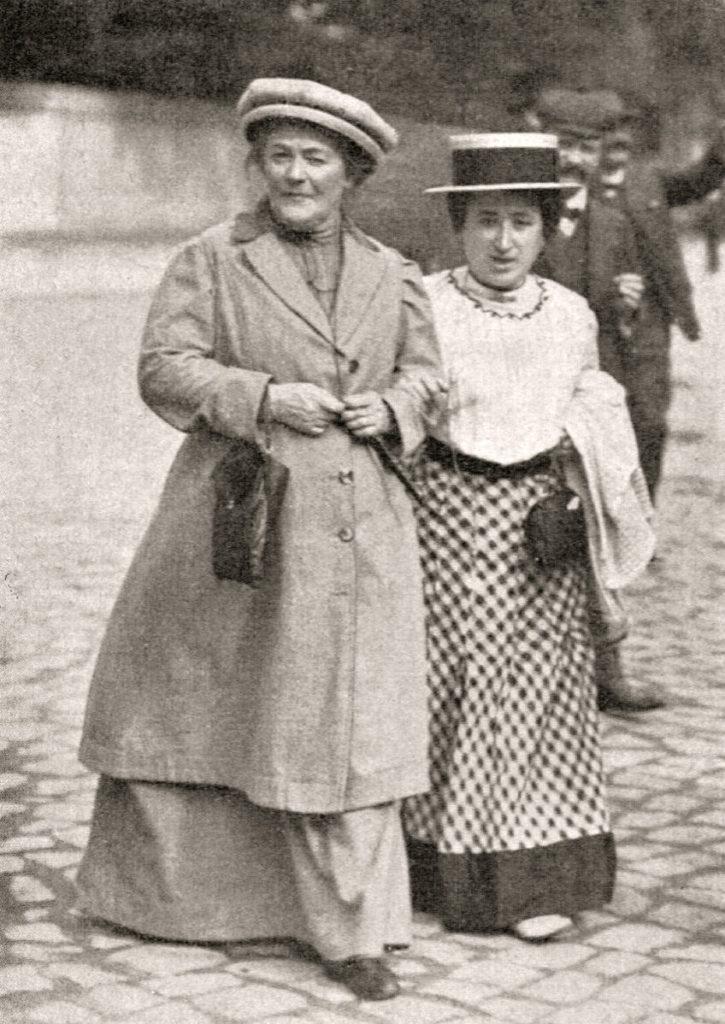 Initiativtagaren Clara Zetkin tillsammans med Rosa Luxemburg (1910).